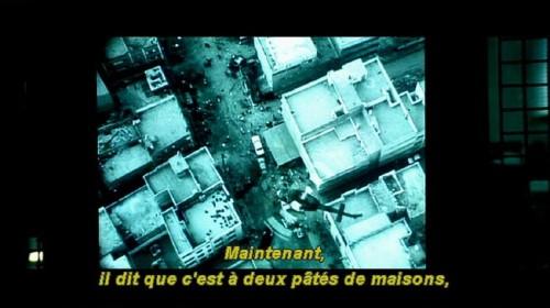 Subtitle reads: Maintenant, il dit que c'est à deux pâtés de maisons,