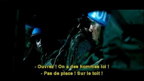 Subtitles read: -Ouvrez! On a des hommes ici! and: -Pas de place! Sur le toit!